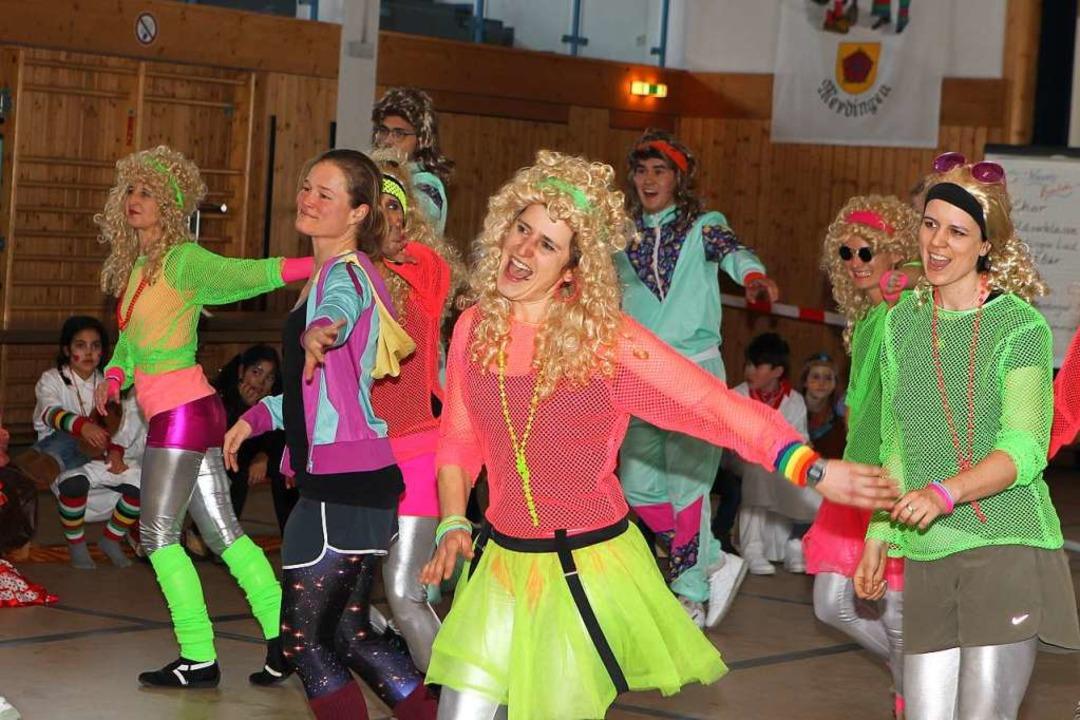 In Merdingen tanzte das Lehrerkollegium im Stil der 80er Jahre.  | Foto: Daniel Hengst