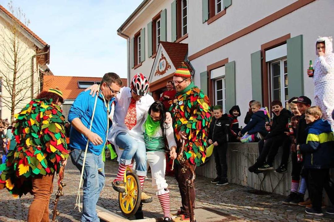 Ohne stützende Hände geht es nicht, al...ersucht, auf dem Einrad voranzukommen.  | Foto: Mario Schöneberg