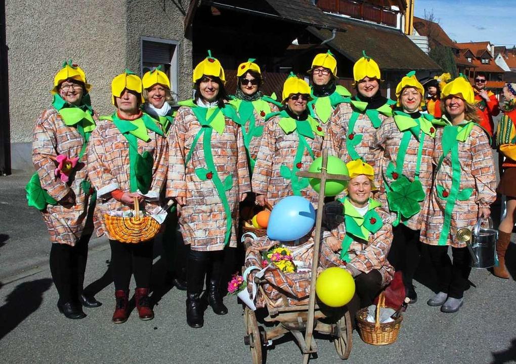 Als Mauerblümchen präsentierten sich die Burkheimer Landfrauen.    Foto: Herbert Trogus