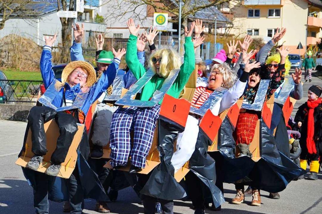 Bestens gelaunt waren die Närrinnen beim Rosenmontagsumzug in Oberbergen.    Foto: Hans-Jochen Voigt