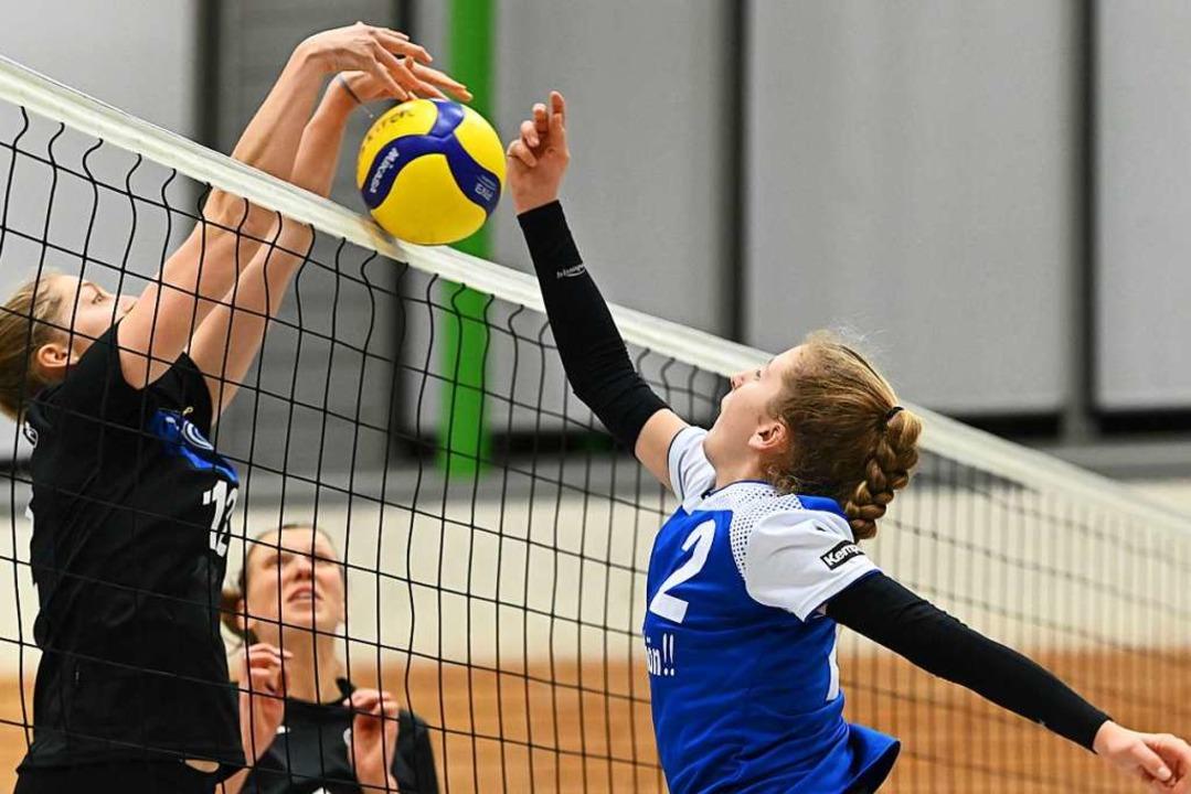 Angreiferin Annika Helf (rechts) hauch...blen Angriffsaktionen neues Leben ein.  | Foto: Achim Keller