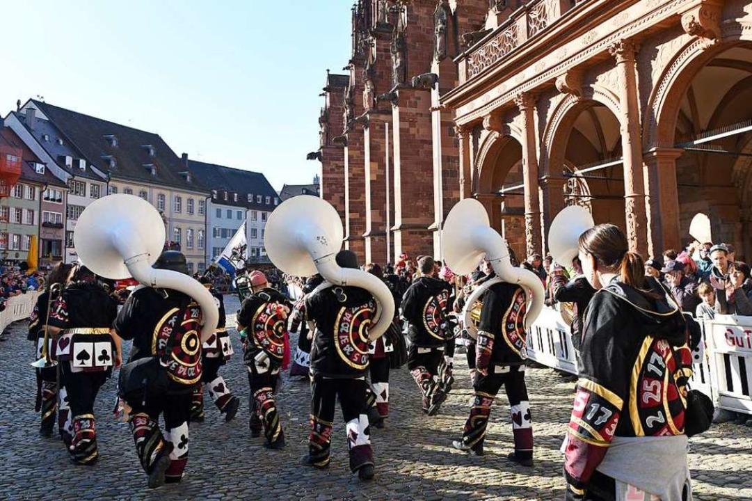 Kostümträger  mit Roulette und Sousaphon-Quartett  | Foto: Rita Eggstein