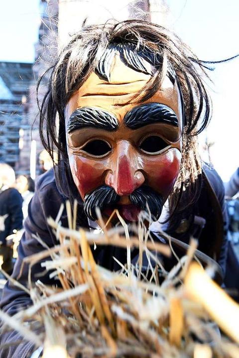 Nichthuldiger aus Bisingen kniet vor dem Münster.  | Foto: Thomas Kunz
