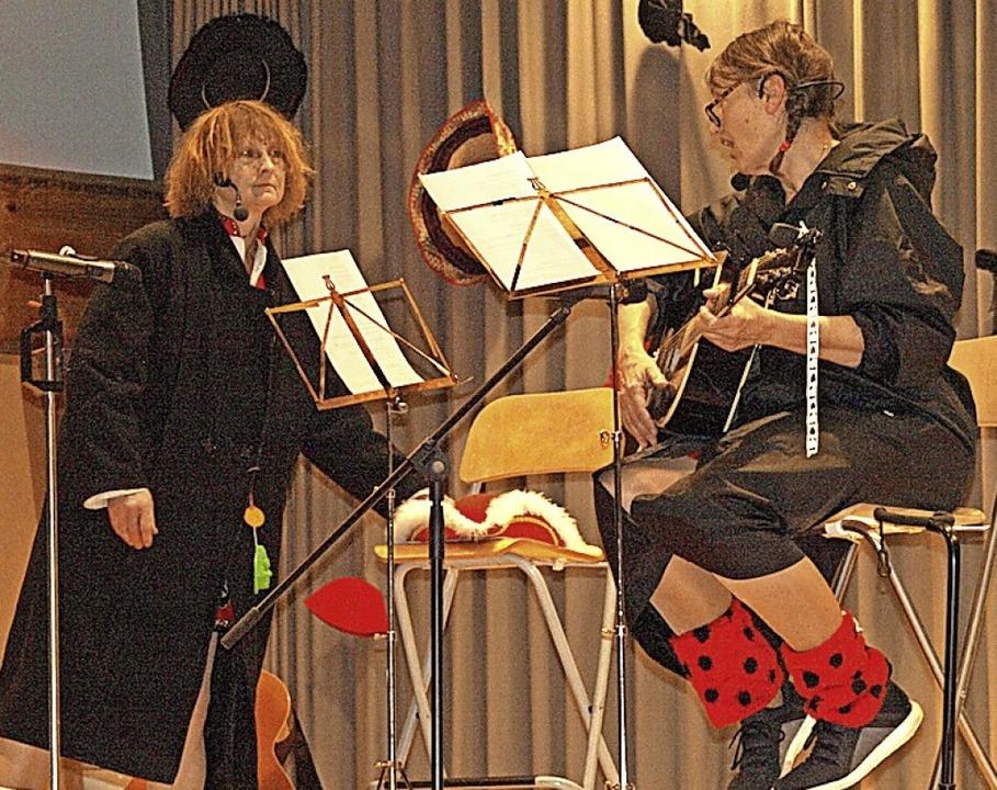 Mit dem Klimakterium beschäftigten sich humorvoll Ilona und Vreni.  | Foto: Karin Stöckl-Steinebrunner