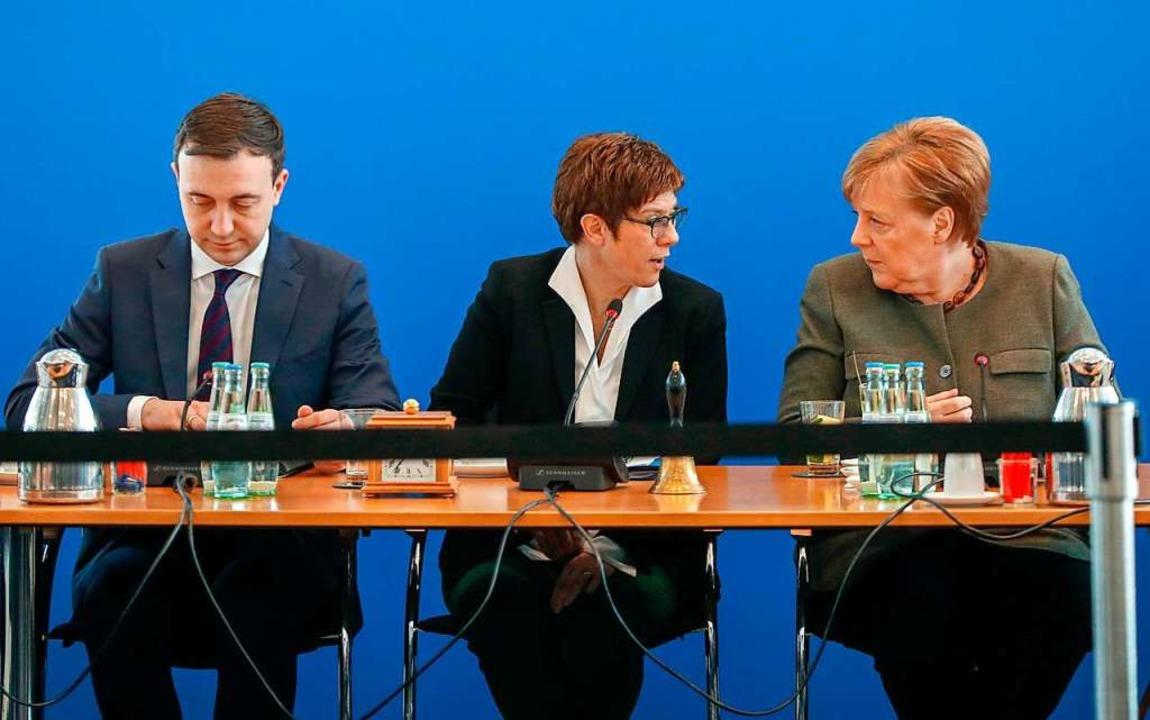 CDU-Generalsekretär Paul Ziemiak, die ...bauer und Noch-Kanzlerin Angela Merkel  | Foto: ODD ANDERSEN (AFP)