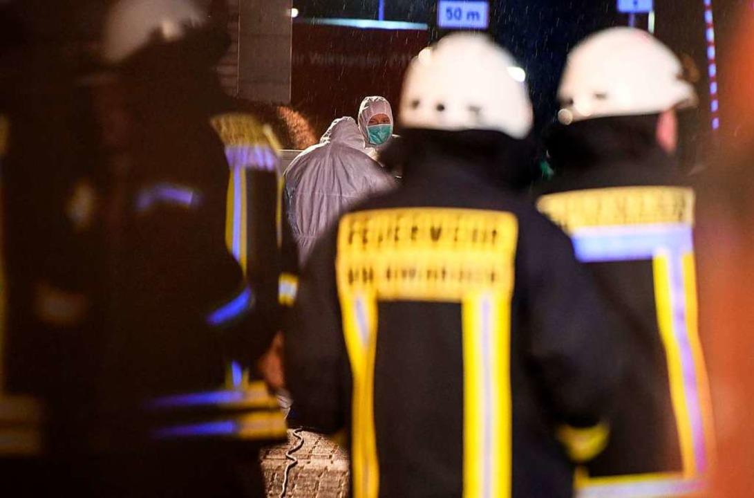 Rettungskräfte und Ermittler in Volkmarsen  | Foto: INA FASSBENDER (AFP)
