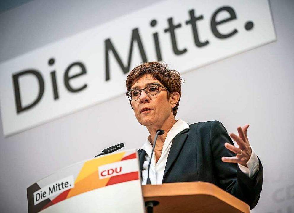 Die Noch-Vorsitzende Kramp-Karrenbauer...g die Ergebnisse der Hamburg-Wahl auf.  | Foto: Michael Kappeler (dpa)