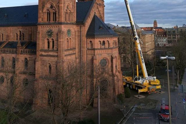 Handwerker inspizieren die Johanneskirche mit riesigem Autokran