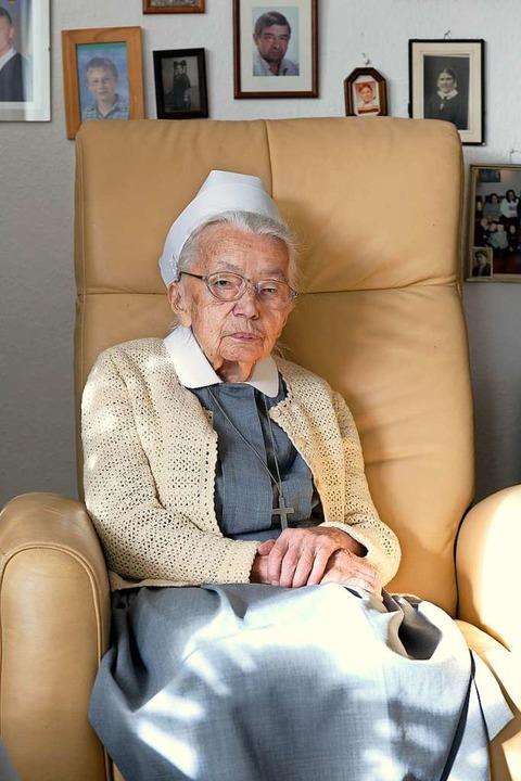 Schwester Luise an ihrem Lieblingsplatz im Zimmer   | Foto: Ingo Schneider