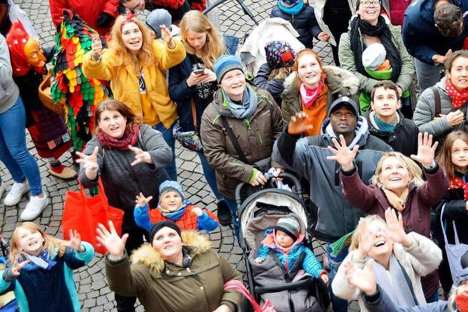 Trotz leichten Regens: Der närrische Schlusstag in Offenburg war auch diesmal wieder gut besucht. <?ZP?> (Foto: hrö)