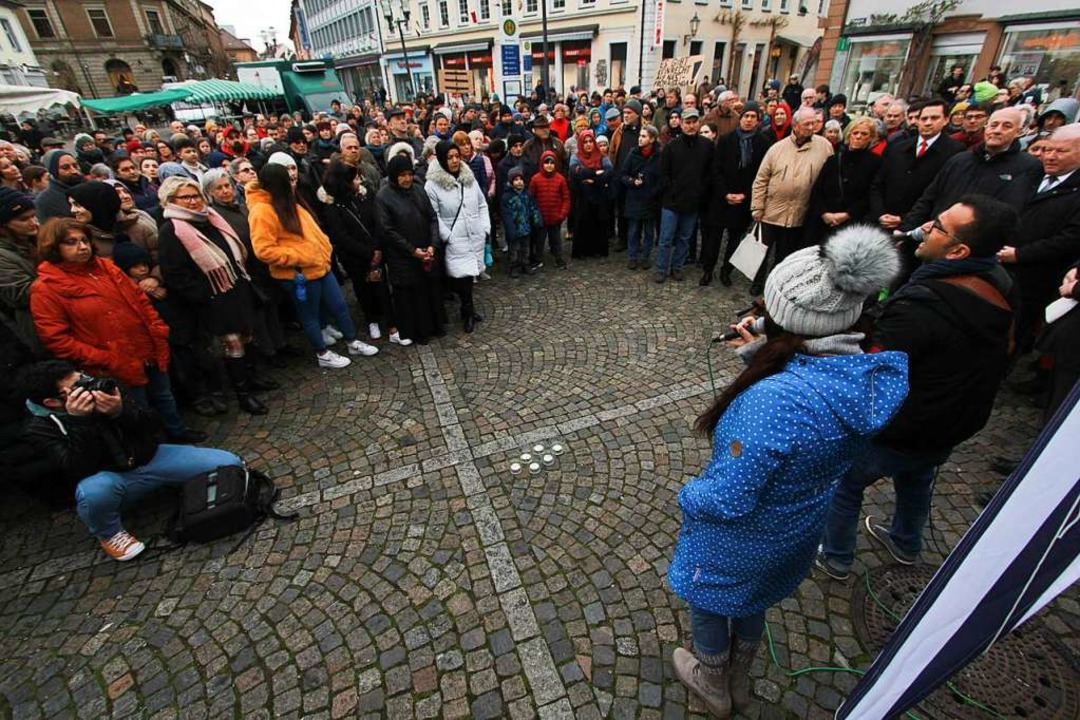Carmen und Attila Gökdemir sangen bei der Mahnwache auf dem Marktplatz.  | Foto: Patrik Müller