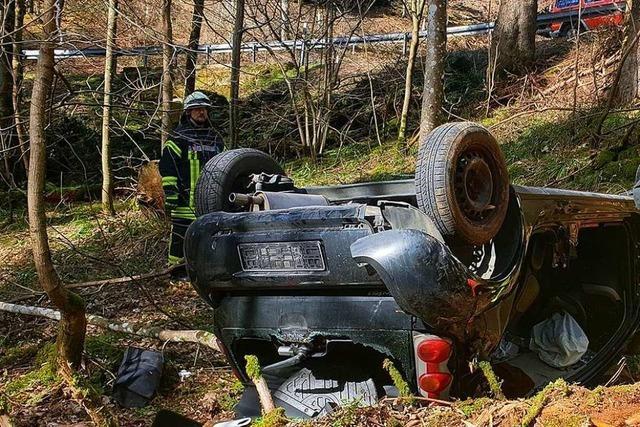 Auto stürzt Böschung zwischen Schweighof und Sirnitz hinab