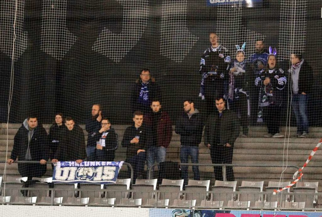 Im Gähnende-Leere-Modus: Fans der Schw... den Tabellenvorletzten aus Iserlohn.   | Foto: Dieter Reinhardt