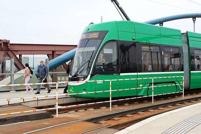 Betrunkene Frau schlägt in Tram in Weil am Rhein um sich