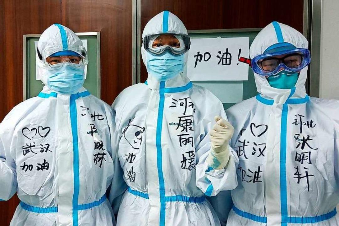 Ärzte aus China in einer Intensivstation  | Foto: Xiong Fang (dpa)