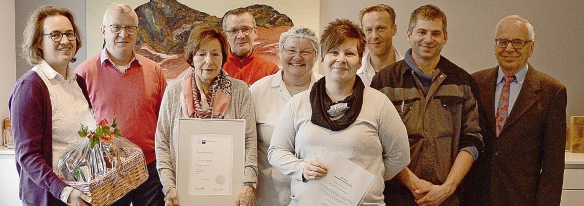 Marie-Luise Adler zeichnete Bruno Fese...hrer Peter Adler gratulierten (v.li).   | Foto: Svenja Tiedemann