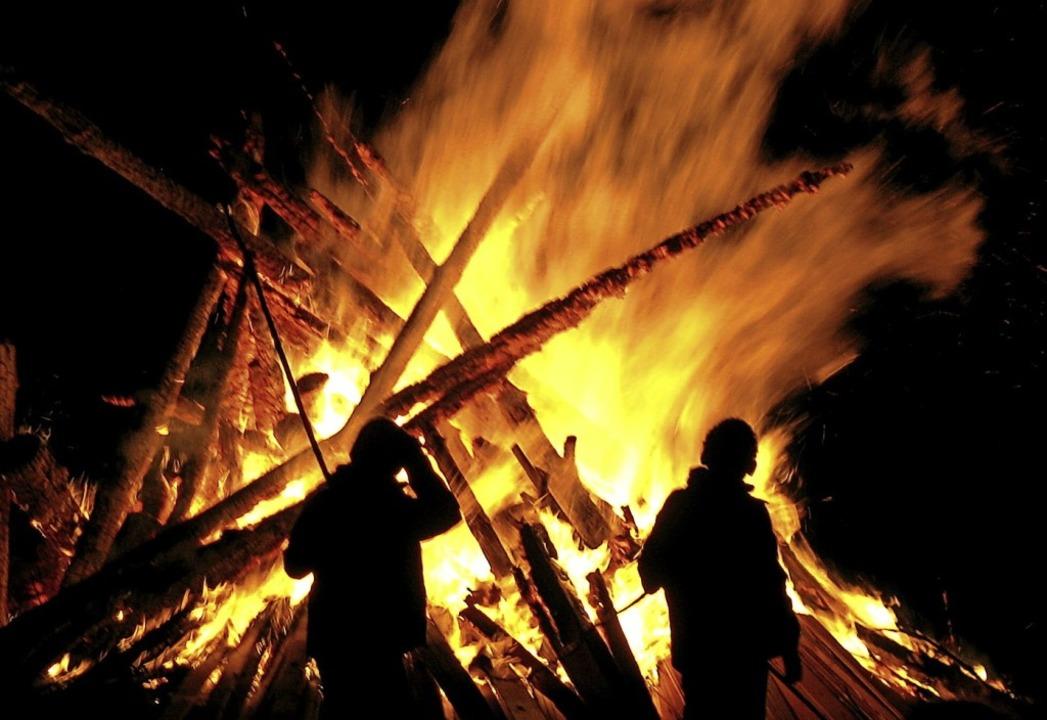 Meterhoch werden die Flammen des Schei... am Samstag in den Nachthimmel lodern.  | Foto: Manfred Lange