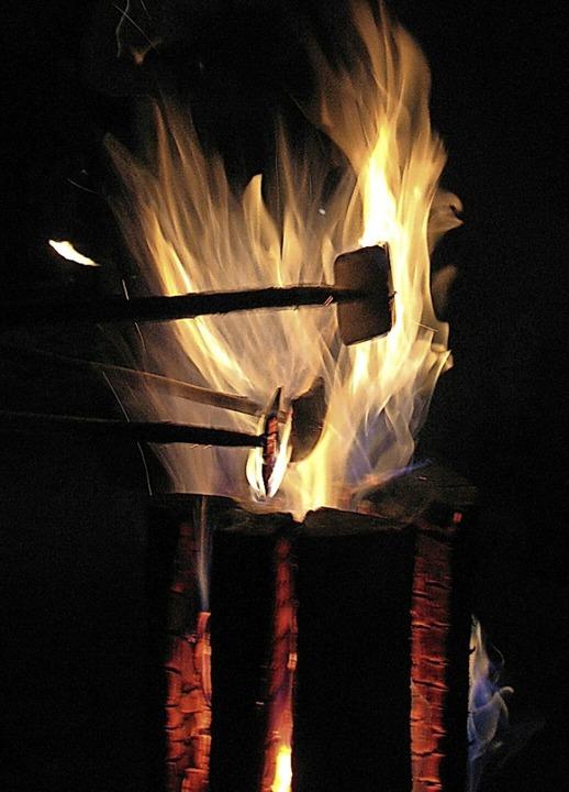 Die Feuer aufgeschlitzter Baumstümpfe ...t kaufen  kann,  am besten zum Glühen.  | Foto: Manfred Lange