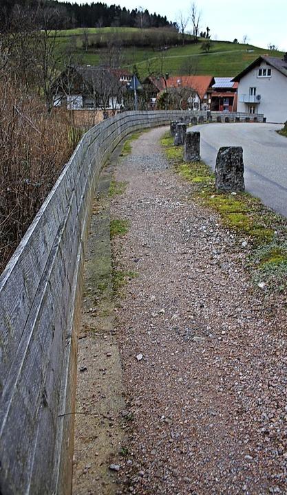 Dieser Gehweg an der Dorfstraße entlan...keit, ist in einem desolaten Zustand.     Foto: Karin Heiß