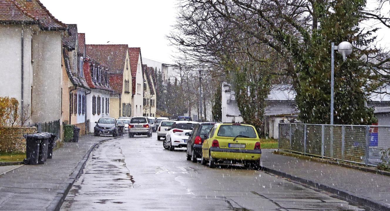 Die Straße Am Sportfeld soll komplett ...für markierten Flächen geparkt werden.    Foto: Sylvia-Karina Jahn