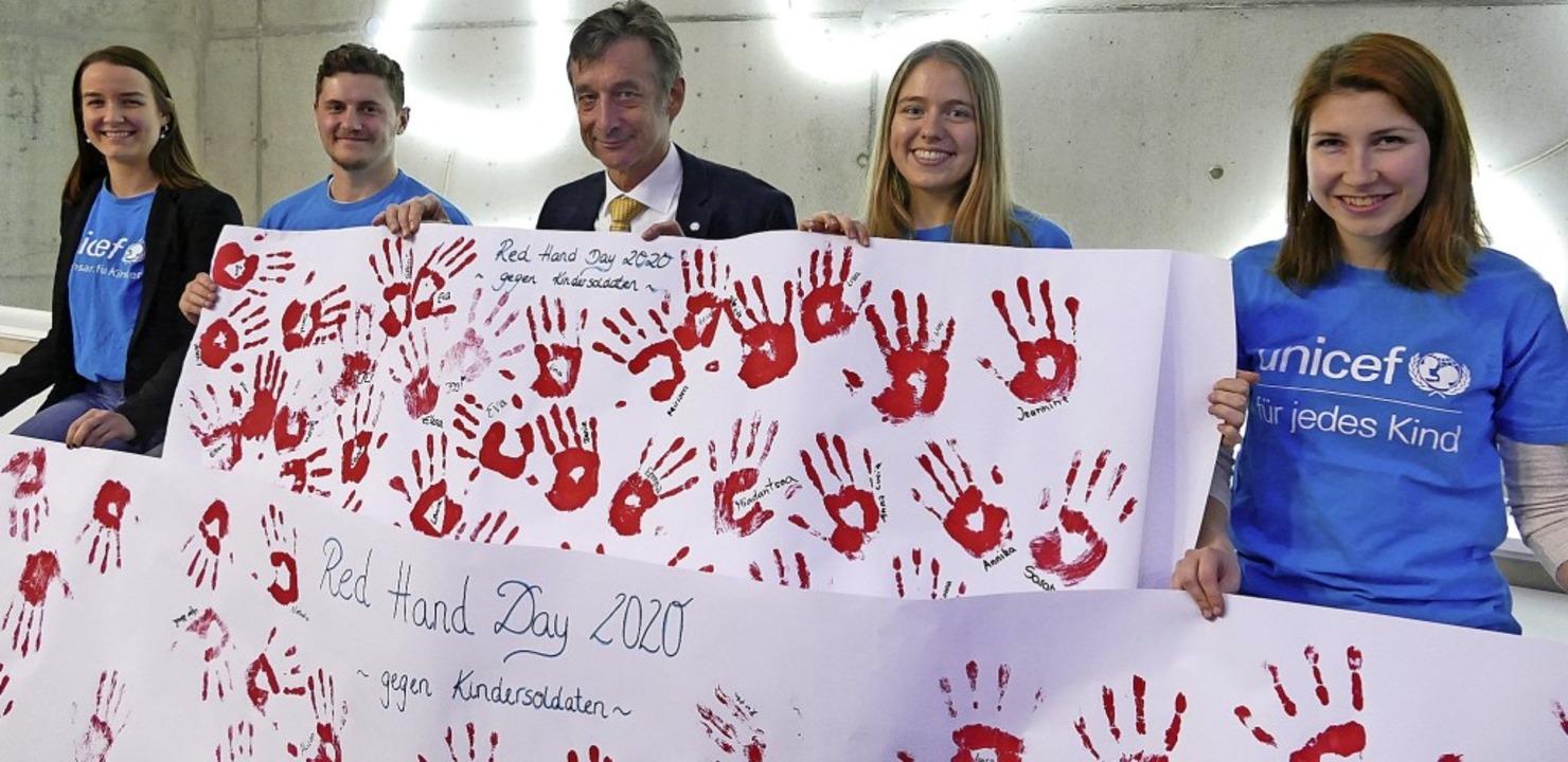 Die Hochschulgruppe übergab dem Bundes...ten Christoph Hoffmann 71 rote Hände.   | Foto: Maurice Mommer