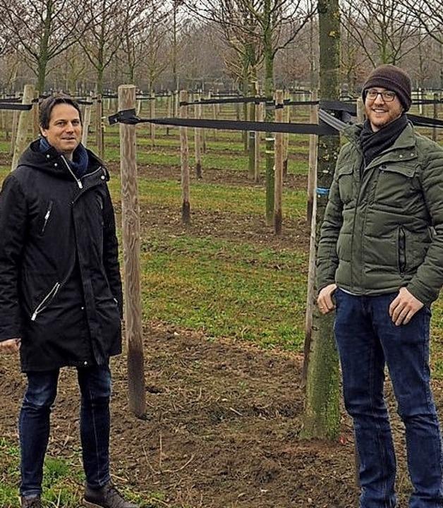 Philip Denkinger (l.) und Wolfram Rein...tz neben dem Stamm des Zukunftsbaums.     Foto: Wolfram Reinhard