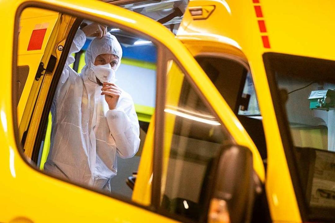 Schweiz, Mendrisio: Ein Mitarbeiter de...e Verbreitung des Virus zu verhindern.  | Foto: Elia Bianchi (dpa)