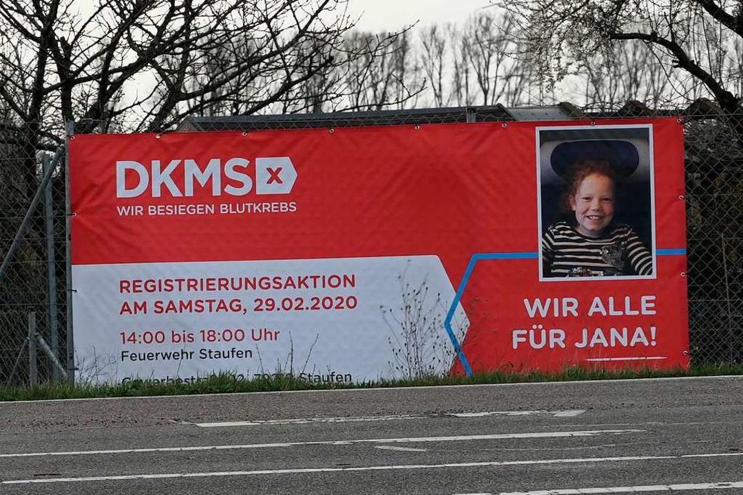 Große Transparente werben für die Typi...ener Feuerwache in der Gewerbestraße.   | Foto: Hans-Peter Müller