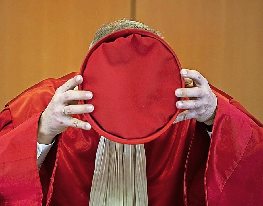 Andreas Voßkuhle, Vorsitzender des Zwe...ericht, setzt  sein Richterbarett auf.  | Foto: Uli Deck (dpa)
