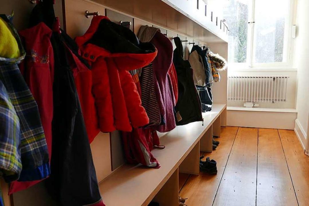Jedes Kind hat seinen eigenen kleinen ... der Garderobe des Mini-Kindergartens.  | Foto: Nina Witwicki