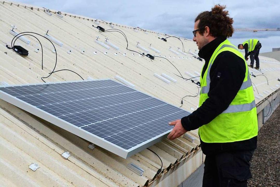 Auf dem Saint-Louiser Rathausdach werd...Solarpanels à je 320 Watt installiert.  | Foto: Annette Mahro