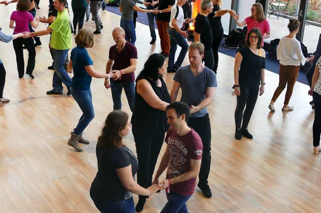 Kursteilnehmerinnen und -teilnehmer lernen Westcoast Swing.    Foto: Elena Stenzel