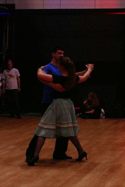 Sabina und Philip sind aus Zürich angereist, hier tanzen sie langsamen Walzer.    Foto: Elena Stenzel