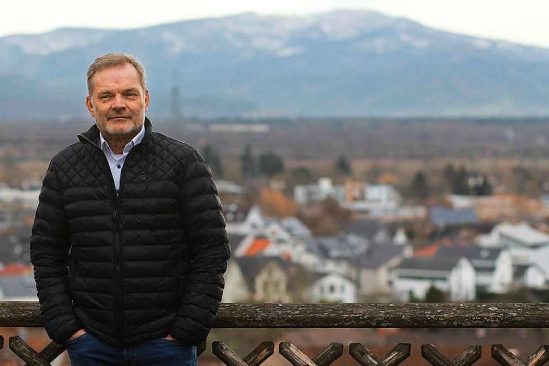 Hans-Joachim Meyer, hinter ihm Bahlingen – und der Kandel.    Foto: Patrik Müller