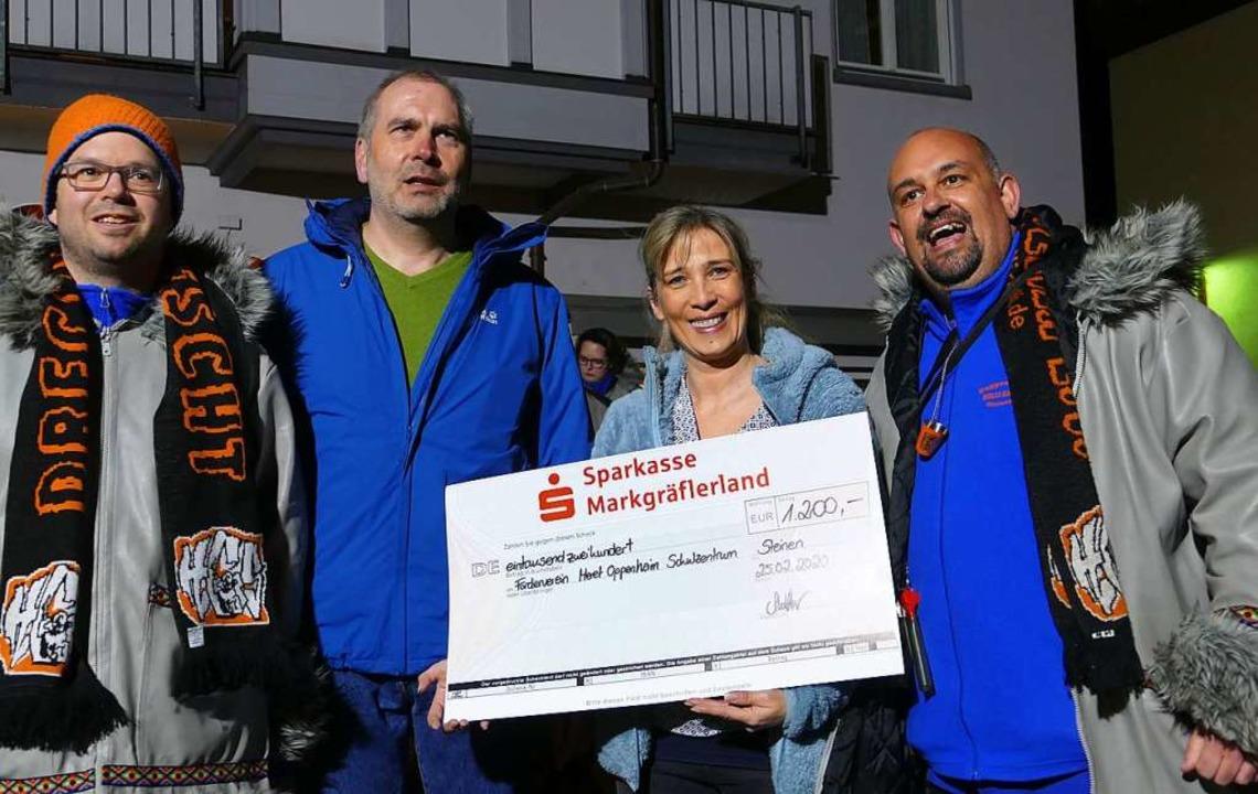 1200 Euro für den Förderverein des Mer...nde Vera Lais und Dirigent Matze Mond.  | Foto: Martina David-Wenk