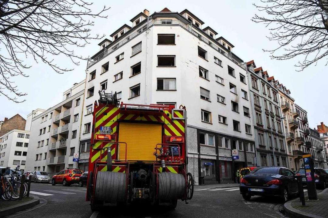 23 Menschen wurden unverletzt aus dem Gebäude gebracht.  | Foto: PATRICK HERTZOG (AFP)