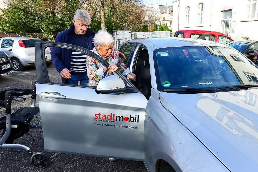 Fahrer Harald Bernauer hilft  Sigrid R...fen im Heinrich-Hansjakob-Haus kommen.    Foto: Ingo Schneider