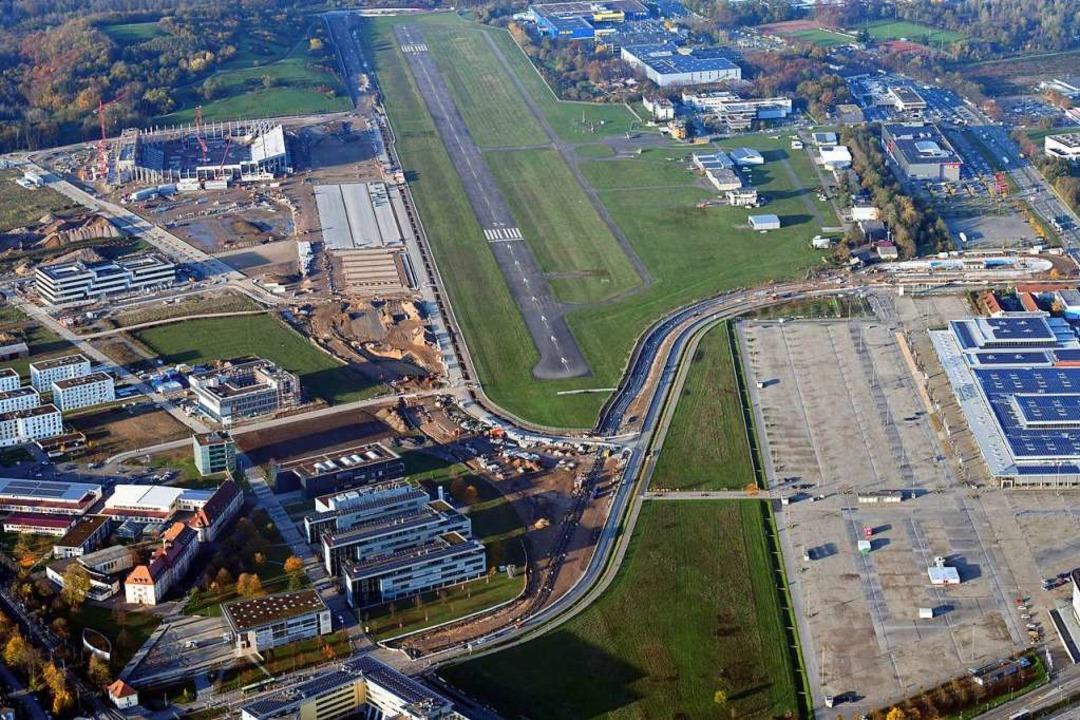 Die Landebahn direkt neben dem neuen S...e schnellere An- und Abreise erlauben.  | Foto: Erich Meyer