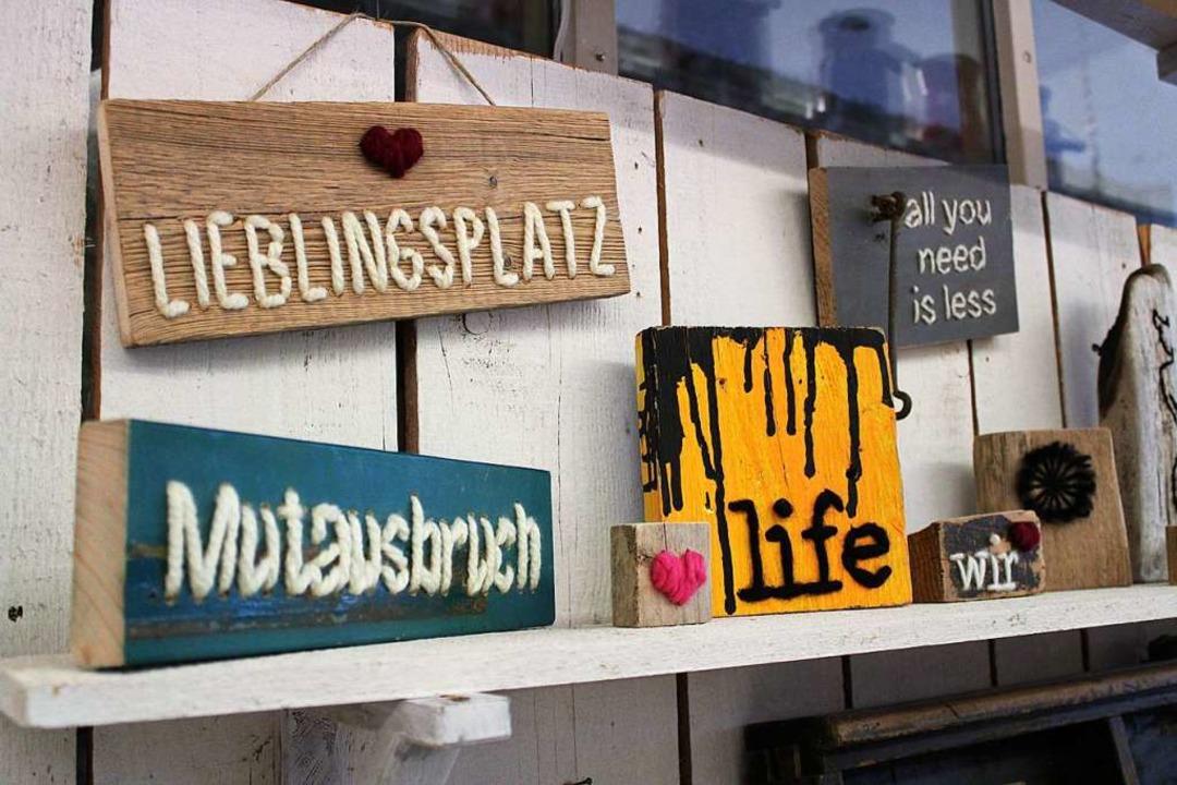 Alte Bretter bekommen bei Bettina Reinbold ein zweites Leben.  | Foto: Annika Sindlinger