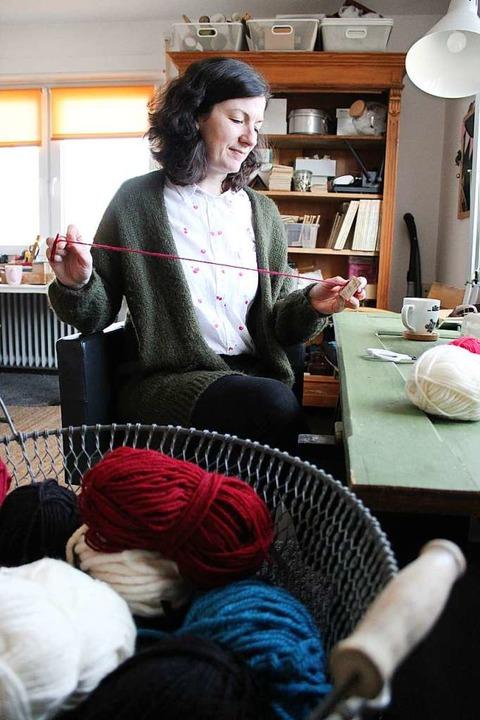In ihrem Arbeitszimmer wird Bettina Reinbold kreativ.  | Foto: Annika Sindlinger