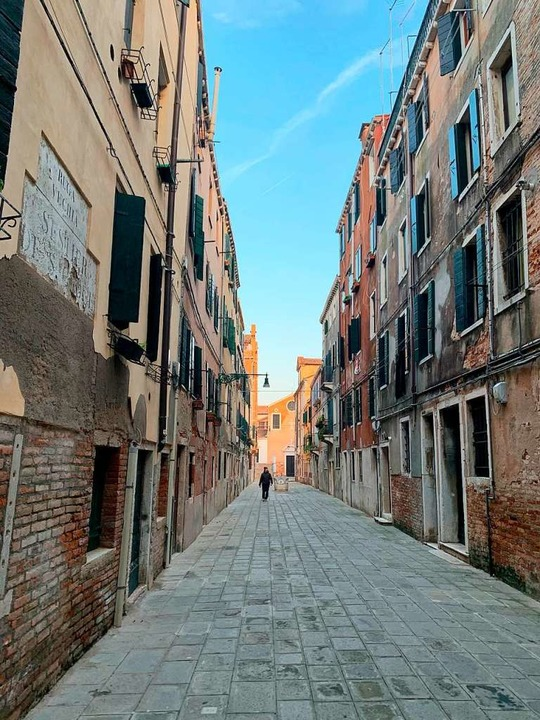 Menschenleere Straßen in Venedig.  | Foto: Annette Reuther (dpa)