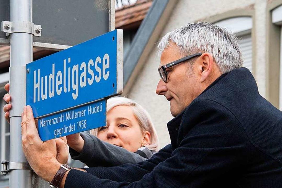 Der Bürgermeister legt Hand an –...Hudeli-Oberzunftmeisterin Monia Karle.  | Foto: Volker Münch
