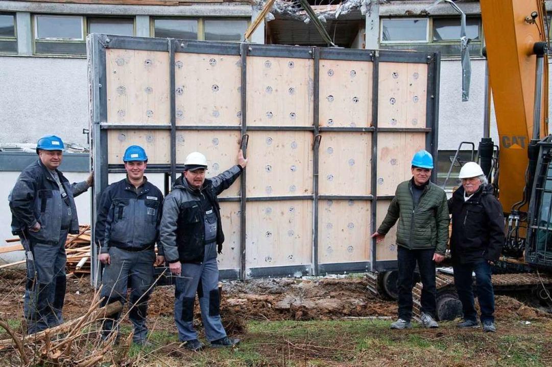 Glücklich über die gelungene Bergung (...rr, Martin Benz und seine Mitarbeiter.  | Foto: Volker Münch