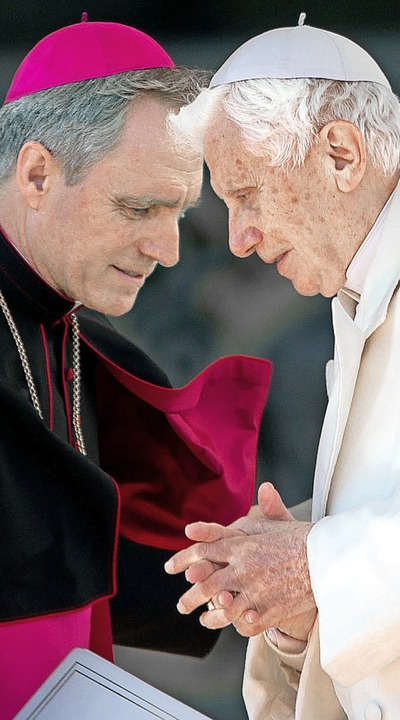 Enge Vertraute seit Jahren: Erzbischof Georg Gänswein mit Benedikt XVI.  | Foto: Michael Kappeler