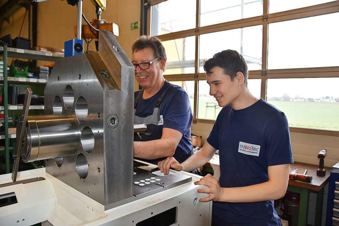 Jochen Biegert (links) und Azubi Marvi...ovic bei der Produktion einer Maschine    Foto: Bernd Kramer