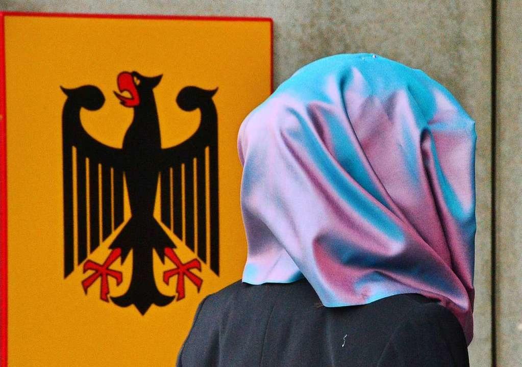 Rechtsreferendarinnen dürfen im Gerichtssaal kein Kopftuch tragen.  | Foto: Martin Schutt (dpa)