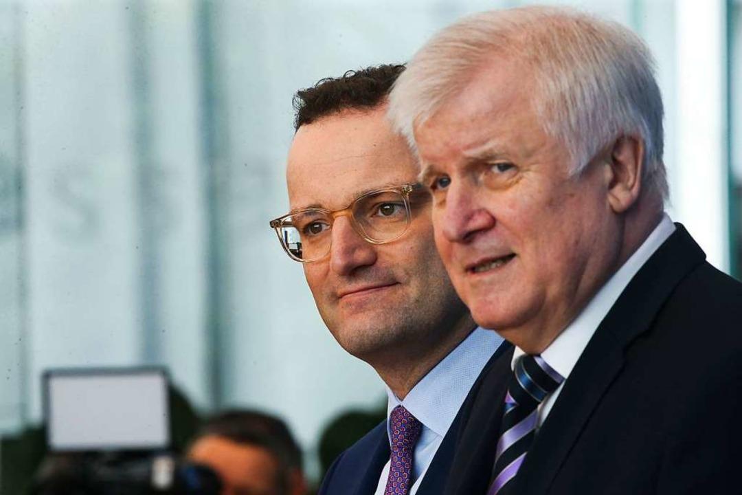 Minister Spahn und Seehofer  | Foto: Wolfgang Kumm (dpa)