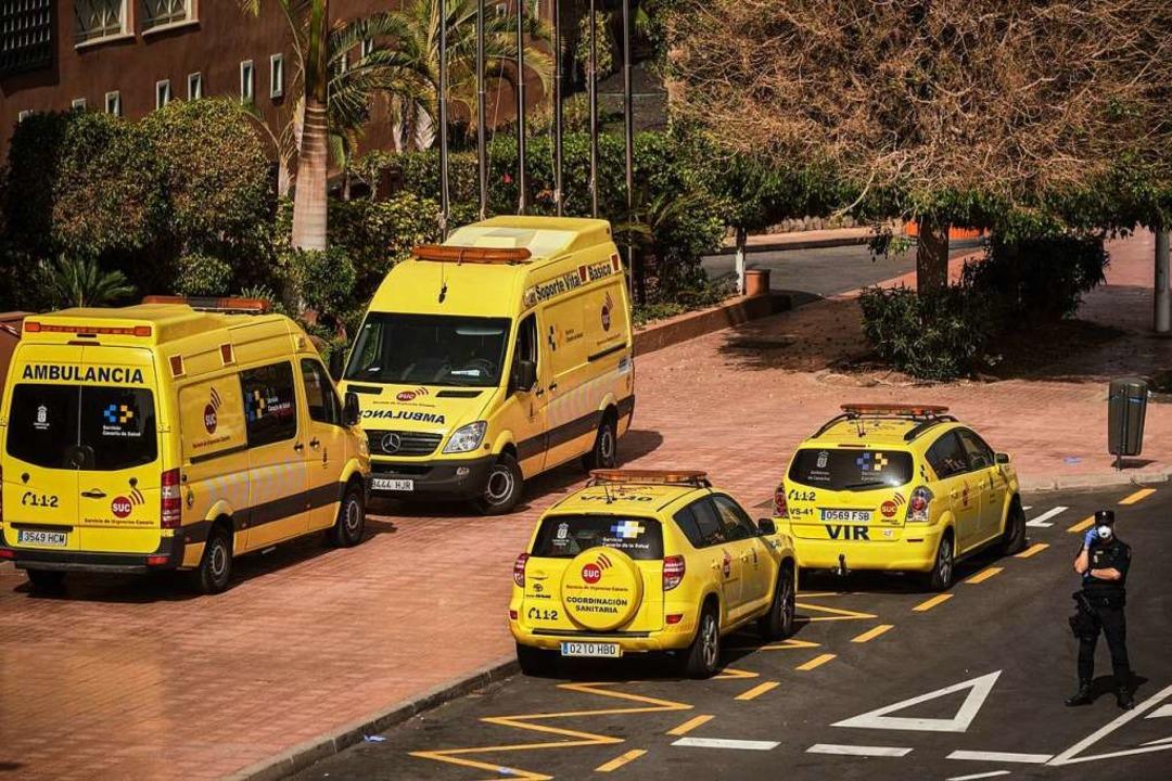 Krankenwagen stehen vor dem Hotel    Foto: Str (dpa)