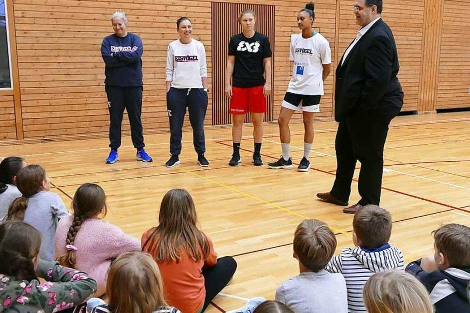Vorstandsmitglied Uwe Stasch stellt der Klasse die Trainerinnen (v.l. Isabel Fernández Peréz, Hanna Ballhaus) und Kapitäninnen (Luana Rodefeld, Sanata-Lea Ouedraogo) vor. (Foto: Sarah Schäfer)