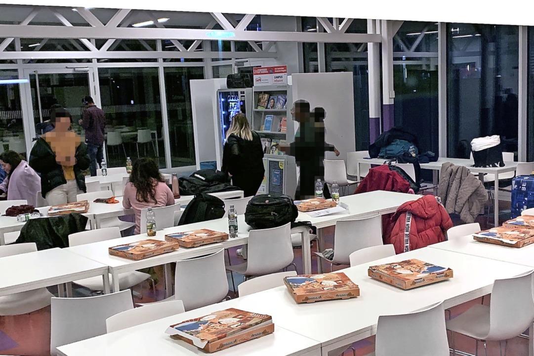 Mit Pizza versorgt: Für eine Nacht wur...nationale Studierende zum Notquartier.  | Foto: Helmut Seller